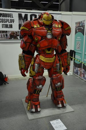 Le costume d'Hulkbuster sur le stand Marvel Cosplay Italia